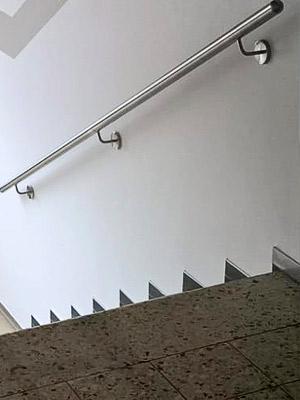 Edelstahl Handläufe gerade in Treppenhaus