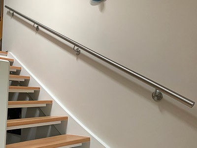 Edelstahl Handläufe für Innentreppe, gerader Handlauf an leict viertelgewendelter Treppe