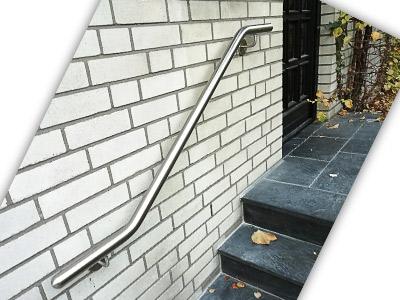 Edelstahl Handlauf zweimal gebogen an Eingangstreppe