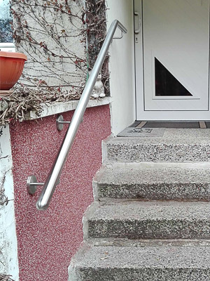 Edelstahl Handlauf gebogen an Außentreppe für Hauseingang