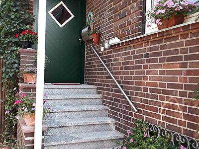 Handlauf gerade aus Edelstahl in Wandmontage an Eingangstreppe