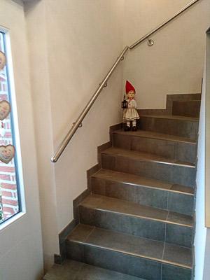 Edelstahl Handläufe gerade an viertelgewendelter Treppe
