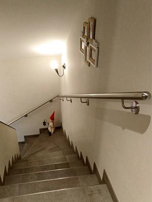 Edelstahl Handläufe gerade an viertelgewendelter Treppe von oben gesehen