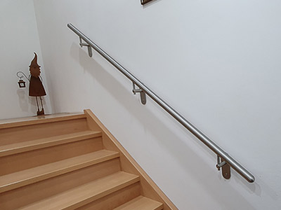 Edelstahl Handlauf gerade an untererm Treppenteil, Montage an Hochlochziegel
