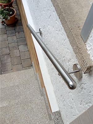 Edelstahl Handlauf gerade an Eingangstreppe, Enden halbrund verschlossen