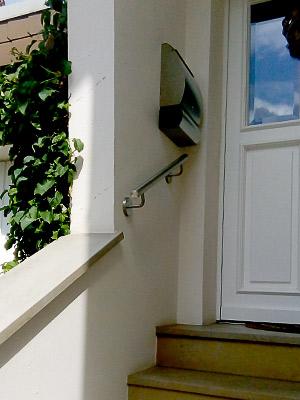 Edelstahl Handlauf gerade mit verschweißten Haltern an Eingangstreppe