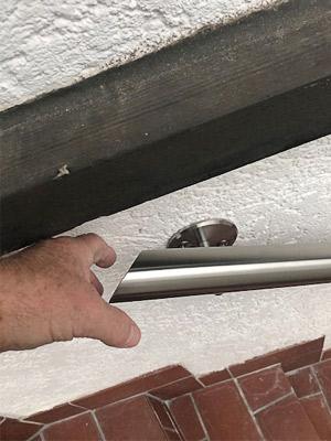 Edelstahl Handlauf gerade an Kellerabgang - Handlauf-Ende mit schrägem Abschluss - Auf Wunsch mit der Spitze nach vorm, um das Greifen, wegen des Vorsprunges am Beginn des Handlaufes, zu ermöglichen.