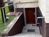 Handlauf aus Edelstahl mit zur Wand gebogenen Enden und verschweißten Edelstahlronden mit Abdeckrosetten, Handlauf freistehend mit Unterstützungspfosten und einem Edelstahlseil als Geländerfüllung