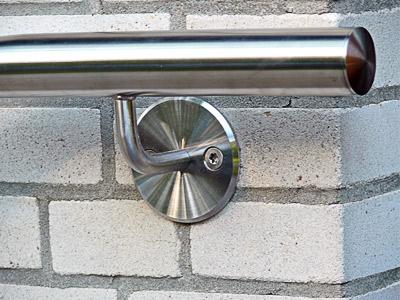 Edelstahl Handlauf zweimal gebogen - Detail Handlaufhalter ohne Rosette, Ronde mit gedrehter Oberfläche