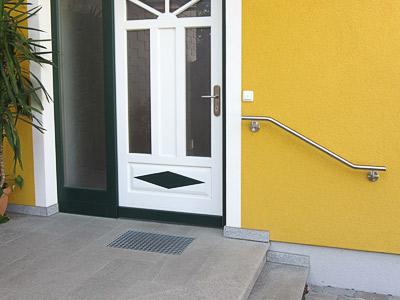 Edelstahl Handlauf zweimal gebogen an Eingangstreppe, Befestigung mit 2 Haltern an der Wand