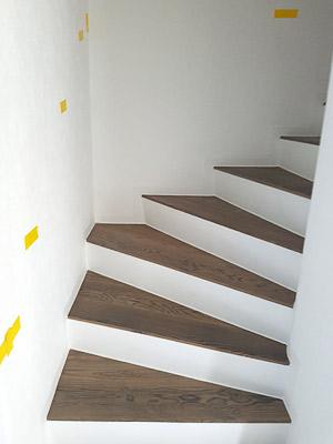 gerade Handläufe sind für eine viertelgewendelte Treppe nur selten geeignet