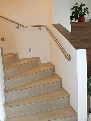 Edelstahl Treppenhandlauf an viertelgewendelter Innentreppe, Ausführung mit Übergang durch waagerechten Handlauf in der Ecke
