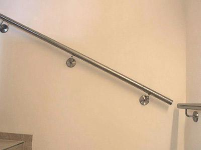 Edelstahl Treppenhandlauf an Innentreppe, gerade Ausführung, Übergang in der Ecke