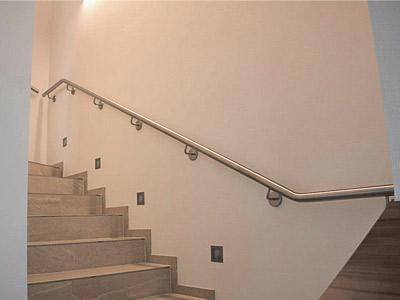 Edelstahl Treppenhandlauf an Innentreppe, gerade Ausführung, Blick von unten