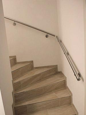 Edelstahl Treppenhandlauf an viertelgewendelter Innentreppe, Handlauf in gerader Ausführung