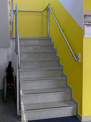 Treppenhaus, unterer Teil mit montiertem Edelstahl Treppenhandlauf