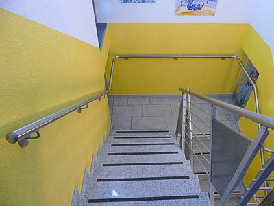Treppenhaus, oberer Teil mit montiertem Edelstahl Treppenhandlauf