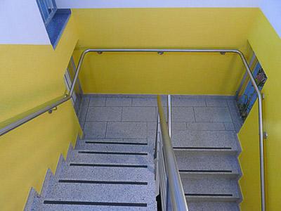 Treppenhaus, oberer Teil mit montiertem Edelstahl Treppenhandlauf - durchgehender Handlauf auf dem Treppenpodest