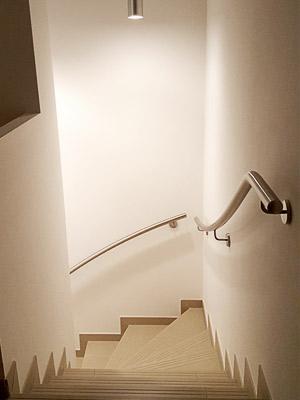 Handläufe für viertelgewendelte Innentreppe dem Treppenverlauf entsprechend gewalzt, Blick von oben