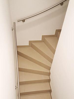 Handläufe für viertelgewendelte Innentreppe dem Treppenverlauf entsprechend gewalzt, Übergang von Flucht 1 zur Flucht 2