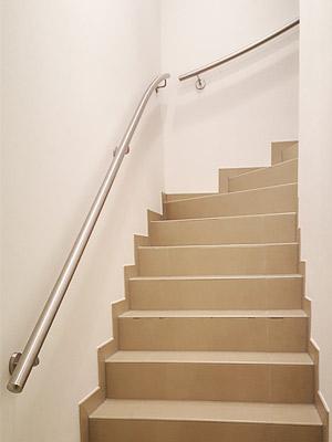 Handläufe für viertelgewendelte Innentreppe dem Treppenverlauf entsprechend gewalzt, Blick von unten