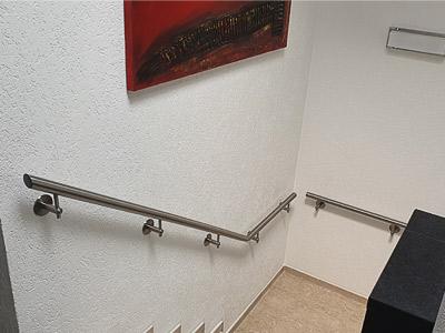 Handläufe innen an Treppe mit Podest