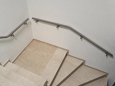 Handläufe innen aus Edelstahl an Treppe mit Podest