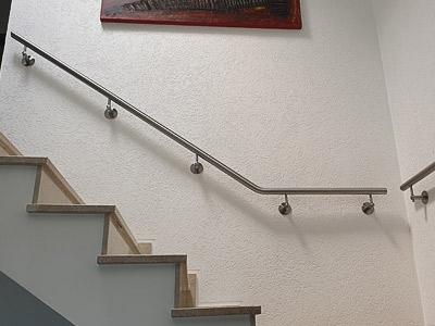 Handläufe innen an Treppe mit Podest, Blick von unten