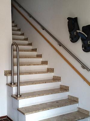 Handlauf gebogen freistehend auf den Treppenstufen und Handlauf gerade in Wandmontage