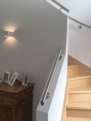 Handläufe für viertelgewendelte Treppe - Handlauf auf Brüstungsmauer - Handlaufenden der Treppenneigung angepasst schäg verschlossen