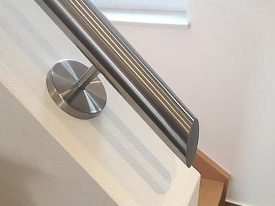 Handlauf auf Brüstungsmauer - unteres Handlaufende der Treppenneigung angepasst schäg verschlossen (verschweißt und geschliffen)