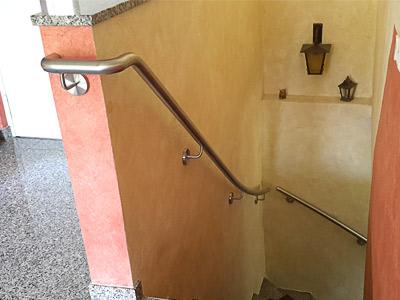 Handlauf gewalzt und gebogen für eine viertelgewendelte Innentreppe mit Brüstungsmauer
