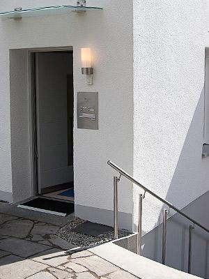 Edelstahl Handlauf gewalzt mit Unterstützungspfosten in Sonderanfertigung für eine Außentreppe