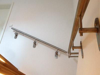 Treppenhandläufe gerade für Inntentreppe, mittlerer Handlauf mit verlängerten Haltern zum Ausgleich eines Versatzes in der Wand