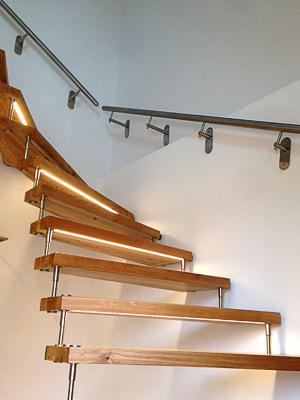 Treppenhandläufe gerade, mittlerer Handlauf mit zwei verlängerten Haltern als Sonderanfertigung