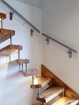Treppenhandläufe gerade für Inntentreppe aus Holz an Wand mit OSB-Platten - Ansicht von unten