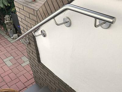 Treppenhandlauf für Außentreppe gebogen mit unterschiedlich langen Handlaufhaltern