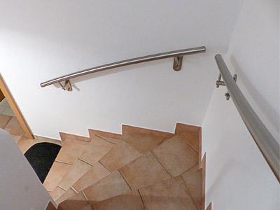 gewalzter Handlauf in der 1. Flucht mit 2 stabilen Wandhandlaufhaltern mit großen Wandplatten für die Befestigung an Hochlochziegeln