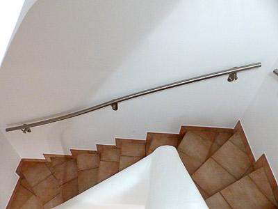 gewalzter Handlauf in der 2. Flucht der viertelgewendelten Treppe mit 3 stabilen Wandhandlaufhaltern