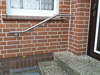 Treppenhandlauf für eine Außentreppe zweimal gebogen mit verlängerten Haltern