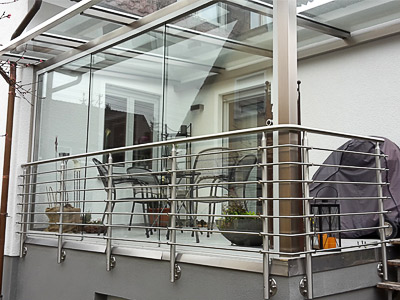 Geländer mit Querstreben für Terrasse als Element der Terrassenüberdachung