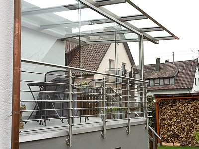 Terrassengeländer mit Querstreben in aufgesetzter Montage als Element einer Terrassenüberdachung aus Edelstahl