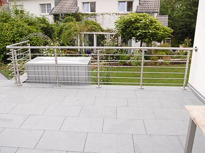Terrassengeländer aus Edelstahl gebogen ion aufgesetzter Montage mit Querstreben aus Rd14 mit Stabhaltern vor den Pfosten montiert - Ansicht 2