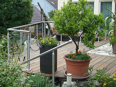 Terrassengeländer mit Glasfüllung - gerader und gewalzter Geländerverlauf - Montage auf Doppel-T-Täger unter dem Holzbelag