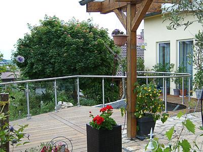 Terrassengeländer mit Glasfüllung - gerader und gewalzter Geländerverlauf - Glasscheiben mit viereckigen Glasklemmen montiert