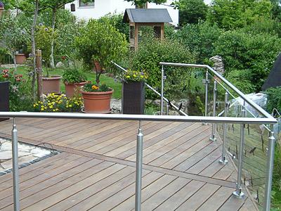 Terrassengeländer mit Glasfüllung - gerader und gewalzter Geländerverlauf - Handlauf komplett vorgefertigt und vor Ort verschraubt