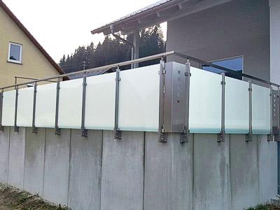 Geländerpfosten aus Rechteckrohr für Terrassengeländer mit einer Füllung aus mattiertem Glas