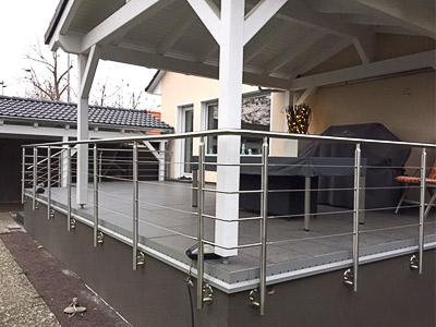 Terrassengeländer in seitlicher Montage mit einer Füllung aus Edelstahlseil