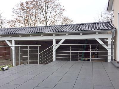 Terrassengeländer in seitlicher Montage mit einer Füllung aus Edelstahlseil - Ansicht von der Terrasse aus, mit Blick auf das Treppengeländer