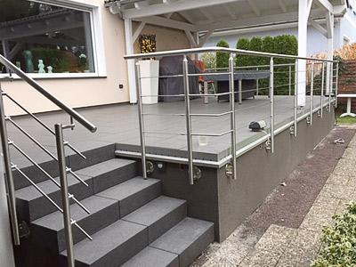 Terrassengeländer in seitlicher Montage mit einer Füllung aus Edelstahlseil - Ansicht der linken Geländerecke - Ausführung der Geländerecken als stabil verschweißtes Eckelement